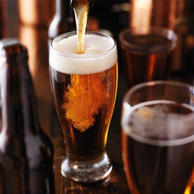 Naklejka rozlewania piwa do szkła na drewnianym stole
