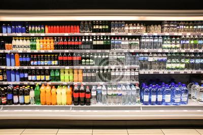 Naklejka Różne napoje w butelkach na półkach supermarketu