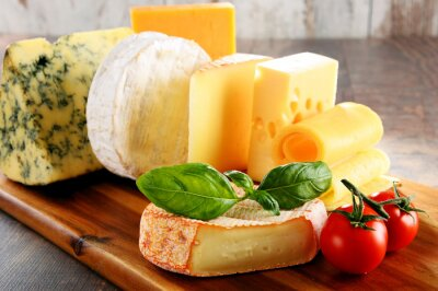 Naklejka Różne rodzaje sera na stole w kuchni