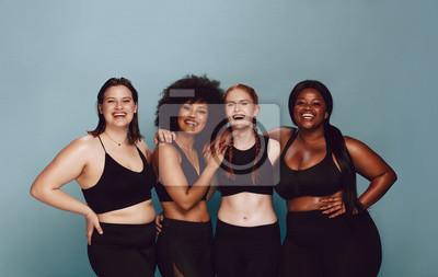 Naklejka Różnorodne kobiety obejmujące swoje naturalne ciała