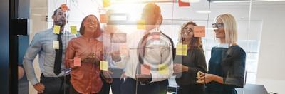Naklejka Różnorodni współpracownicy burzy mózgów wraz z karteczkami samoprzylepnymi