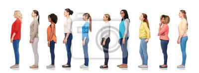 Naklejka różnorodność i koncepcja ludzi - grupa szczęśliwych kobiet wielorasowe stojących w kolejce, na białym tle