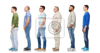 Naklejka różnorodność i koncepcja ludzi - grupa szczęśliwych wielorasowych mężczyzn stojących w kolejce, na białym tle