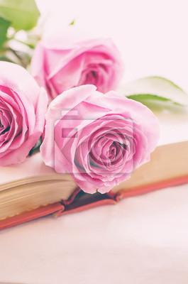 Naklejka różowe róże na książki