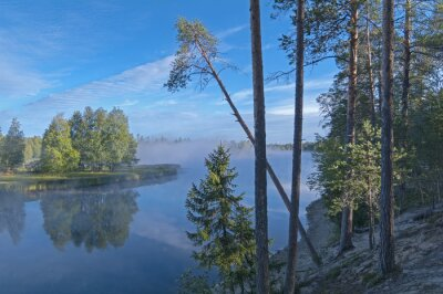 Naklejka Rzeka brzeg na początku słoneczny poranek.