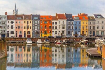 Naklejka Rzeka Leie, kolorowe domy i wieża Dzwonnica w Gandawie, w Belgii
