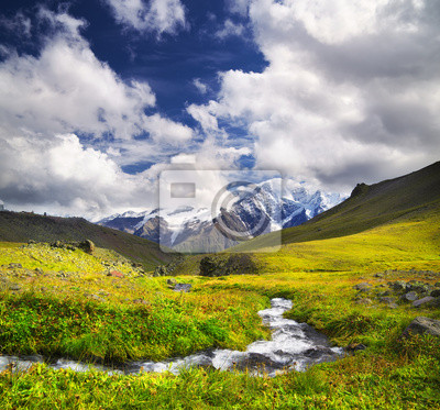 Rzeka na obszarze górskim. Piękne krajobrazy