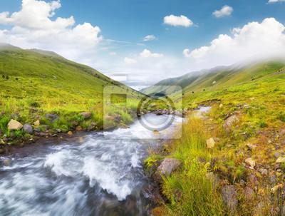 Rzeka w dolinie górskiej. Piękne krajobrazy