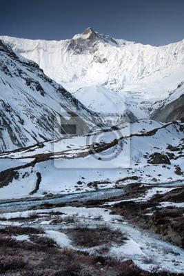 Naklejka Rzeka w wysokiej górskiej dolinie. Piękne krajobrazy