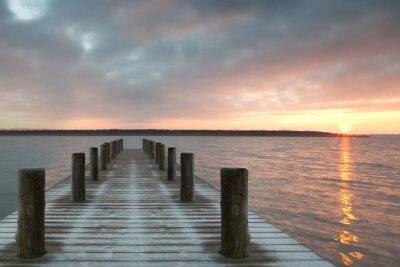 Naklejka samotny drewniane molo o wschodzie słońca
