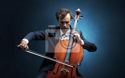 Naklejka Samotny wiolonczelista komponujący na wiolonczeli z niczym dookoła