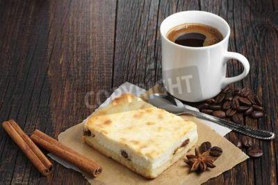 Naklejka Sernik z kubkiem gorącej kawy na ciemnym drewnianym stole
