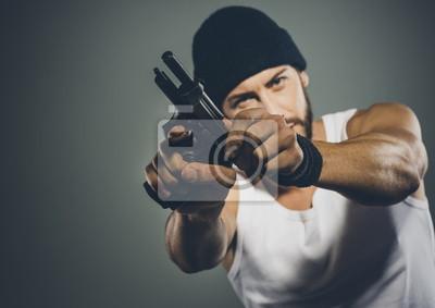Serwis karnego trzyma pistolet