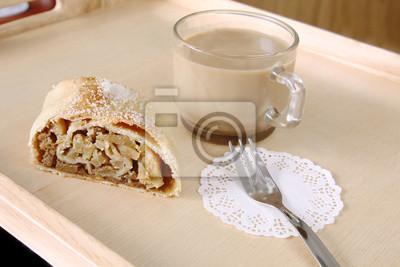 Naklejka Serwowane? Niadanie: plaster? Wie? E pieczone Bo? E Narodzenie domowej roboty ciasto - jab? Ko strudel, ciasto przyozdobionym cukrem i fili? Ank? Kawy mleka z miejsca na kopię na tle drewniane deski,