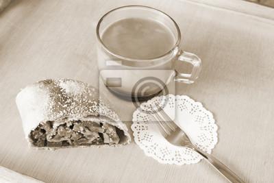 Naklejka Serwowane śniadanie: plaster świeżych pieczonych ciastek domowej roboty Boże Narodzenie - strudel jabłkowy, ciasto garnished z cukrem i filiżankę kawy mleka z miejsca na kopię na tle drewnianej deski,