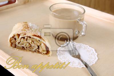 Naklejka Serwowane śniadanie: plaster świeżych pieczonych ciastek domowych robaków domowych - jabłko strudel, ciasto garnished z cukrem i filiżankę kawy mleka z napisem bon appetit na tle drewnianej deski, rus