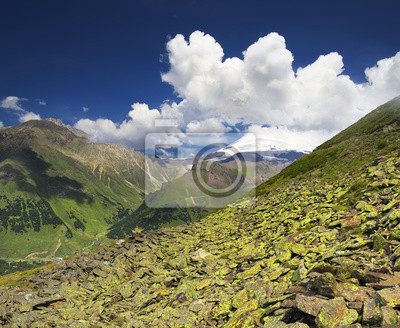 Skały i nieba w dolinie górskiej. Piękny krajobraz lato