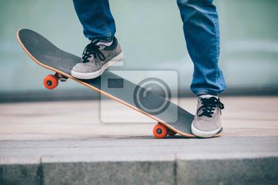 Naklejka Skateboarder jeżdżący na deskorolce po mieście