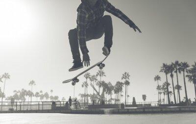 Naklejka Skater boy praktykujących na skate park