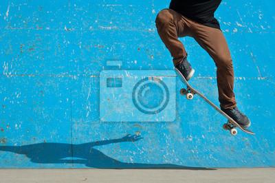 Naklejka Skater robi sztuczki skateboard - ollie - na skate park.