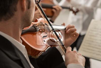 Skrzypek na scenie z orkiestrą