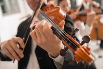 Naklejka Skrzypek na scenie z orkiestrą