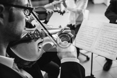 Naklejka Skrzypek występując z arkusza muzyki