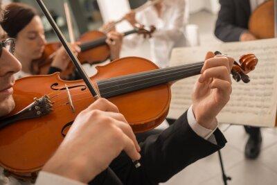 Skrzypek występując z arkusza muzyki