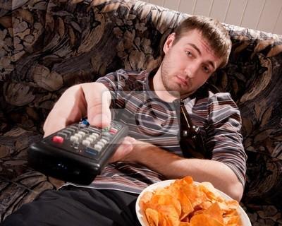 Naklejka Sleepy człowiek ogląda TV