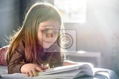Naklejka Śliczna dziewczyna czyta książkę w domu
