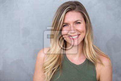 Naklejka Śliczna naturalna blondynki kobieta ono uśmiecha się z perfect białymi zębami i rozjarzoną skórą