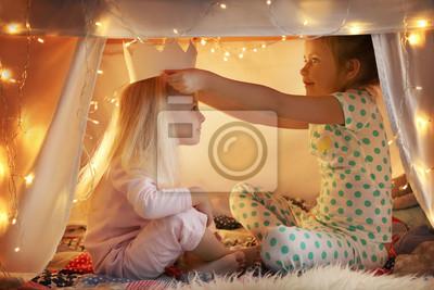 Naklejka Śliczne małe dziewczynki bawić się w hovel w domu