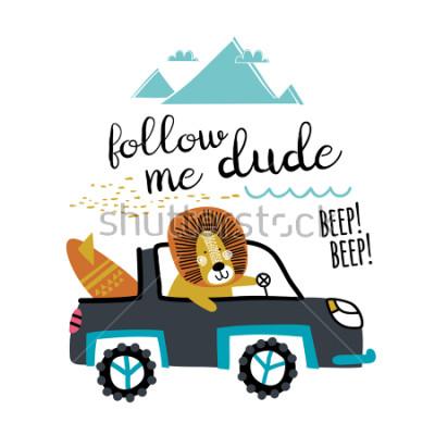 Naklejka Śliczny lew podróżuje w samochodzie. Zabawny kierowca podróżuje po morzu. Wektor do druku w modzie dziecięce.
