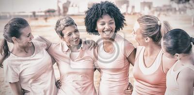 Naklejka Śmiejąc się kobiet noszących różowy rak piersi