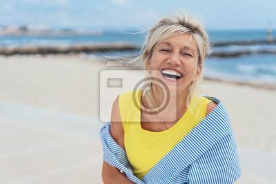 Naklejka Śmiejąca się żywa kobieta z poczuciem humoru