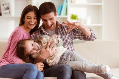 Naklejka Smiling młodych rodziców i ich dzieci są bardzo szczęśliwi, są one w domu