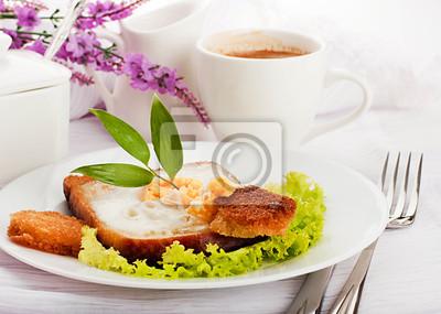 Śniadanie z jajkiem sadzonym i kawy, w stylu prowansalskim