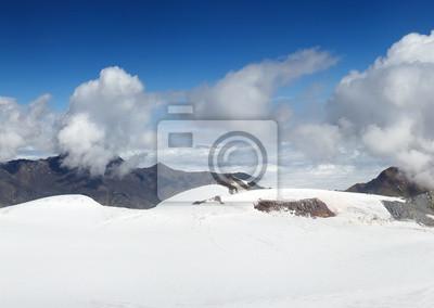 Snowy mountais i chmury. Piękny krajobraz