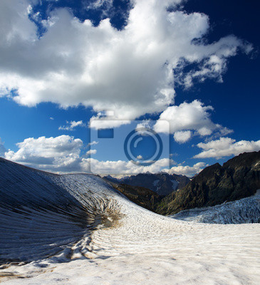 Naklejka Snowy mountais i chmury. Piękny krajobraz