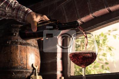 Sommelier wlewając wino do szklanki