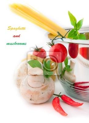 Spaghetti, pieczarki i pomidory w rondlu