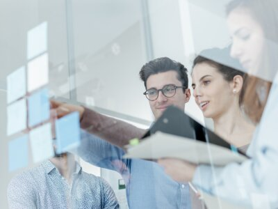 Spotkanie zespołu młodych firm w biurze