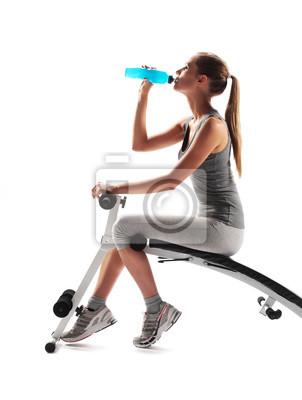Spragniony młoda kobieta pitnej po treningu fitness.