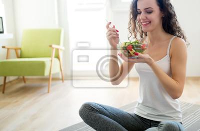 Naklejka Sprawności fizycznej kobieta je zdrowego jedzenie po treningu