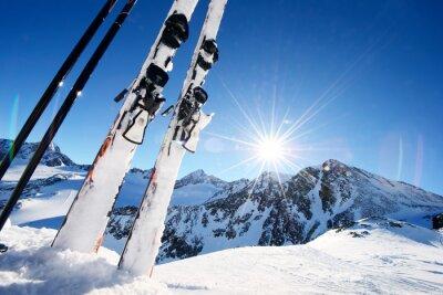 Naklejka Sprzęt narciarski w wysokich górach w śniegu w zimie