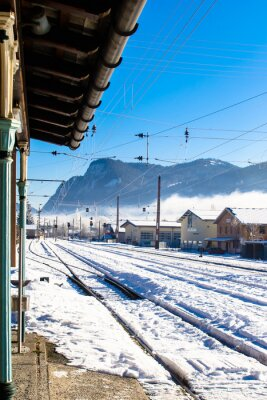 Naklejka Stacja kolejowa pokryte śniegiem w górach.