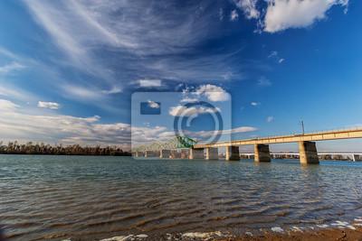 stalowy most na rzece