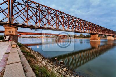 Stalowy most przez rzekę w nocy