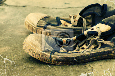 9f15f12c20fba Naklejka Stare brudne buty gimnastyczne na retro grunge tła. Stare buty  sportowe. Archiwalne sneakers