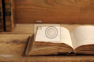 Stare książki otwarte na drewnianym stole